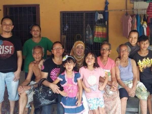 Nur Juliana bersama sebahagian daripada ahli keluarganya di Kuching, Sarawak semasa sambutan Hari Gawai
