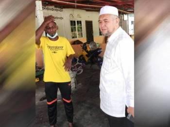 Razman (kanan) sempat melawat Nor Imran selepas kisah keberanian beliau selamatkan lima nyawa nyaris lemas semalam, tular di media sosial. - Foto pembaca