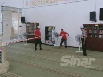 Jawatankuasa masjid meletakkan pita bagi membolehkan hanya satu pintu dibuka bagi solat Jumaat pada hari ini.