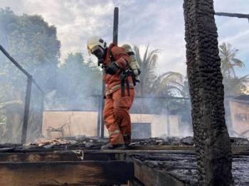 Kelihatan anggota bomba melakukan pemeriksaan sewaktu operasi pemadaman. (Gambar: ihsan bomba)