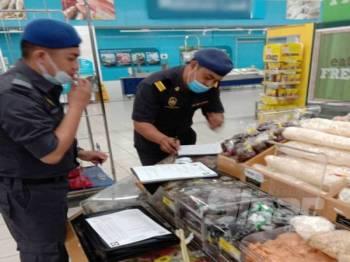 Pemeriksaan pegawai KPDNHEP di sebuah pasar raya di Seri Manjung yang dikesan menjual harga cili kering melebihi harga kawalan ditetapkan.
