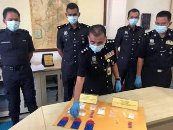 Abdul Rahim (tengah) memeriksa pil kuda yang ditemui dalam dua serbuan berasingan oleh pasukan BSJN Kota Bharu pada Jumaat lalu dan semalam.