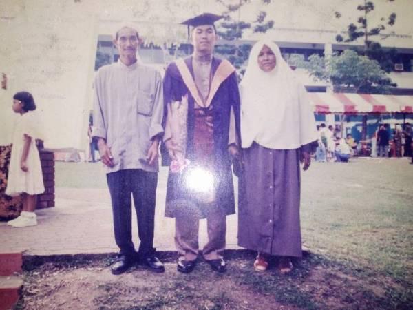 Gambar kenangan Muhammad Sanusi bersama ibu bapanya sewaktu tamat pengajian di USM, Pulau Pinang.