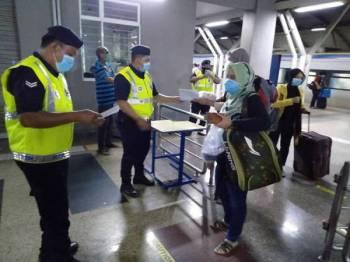 Polis melakukan pemeriksaan ke atas penumpang ETS di Stesen KTMB Batu Gajah semalam. Foto: PDRM