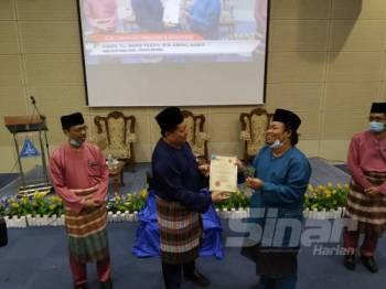 Mazlan menyampaikan Anugerah Ikon Guru Teknologi Maklumat dan Komunikasi  kepada guru Sekolah Menengah Kebangsaan ( SMK) Mutiara Rini,  Mohd Fadzil Abdul Hamid di Jabatan Pendidikan Negeri Johor hari ini.