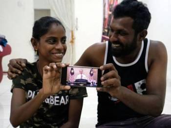 S.Pavithra,28, (kiri) bersama suaminya M.Sugu,29 teruja selepas melihat video Perdana Menteri yang menyebut nama mereka semasa mengumumkan Pelan Jana Semula Ekonomi Negara (Penjana) yang disiarkan secara langsung di seluruh negara hari ini. Foto: Bernama