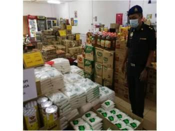 Pegawai Penguatkuasa KPDNHEP seluruh negeri Pahang terus melakukan pemeriksaan secara berkala terhadap premis perniagaan bagi memantau kedudukan bekalan dan harga barangan keperluan harian pengguna. - Foto KPDNHEP Pahang