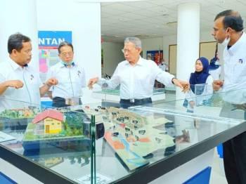 Mustapa (dua kanan) melihat perancangan ECER di Kelantan.