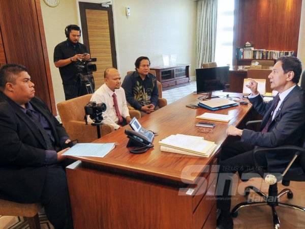 Azhar Azizan (kanan) ketika ditemu bual Sinar Ahad di pejabat Pengerusi SPR di Putrajaya.