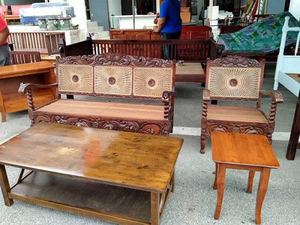 Antara set kerusi ruang tamu terpakai yang dijual di kedai Perabot Terpakai Berkualiti Kedah.
