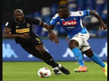 Koulibaly (kanan) disifatkan pakej lengkap untuk perkuatkan pertahanan Manchester United.
