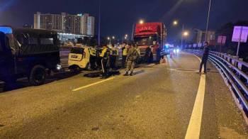 Anggota polis memeriksa kereta mangsa yang remuk di Lebuhraya ELITE berdekatan Shah Alam awal pagi tadi.