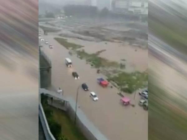 Beberapa kenderaan terperangkap dalam banjir kilat di Seksyen 13 Shah Alam petang tadi.