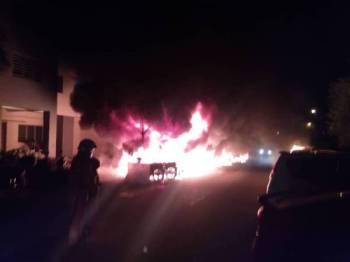 Anggota bomba dan penyelamat giat memadamkan kebakaran motosikal dan kereta di PPR Gombak Setia pagi tadi.