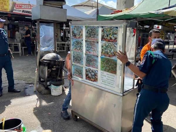 Antara barangan yang dirampas DBKL dalam tindakan penguatkuasaan terhadap gerai dikendalikan warga asing di Wangsa Maju, hari ini.