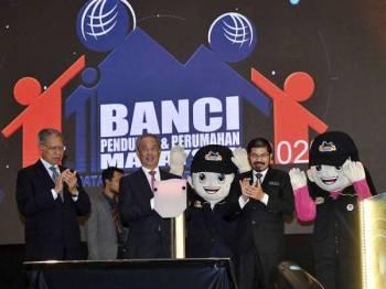 Perdana Menteri Tan Sri Muhyiddin Yassin (dua, kiri) melancarkan Hari Banci Penduduk dan Perumahan Negara 2020 di Pusat Konvensyen Antarabangsa Putrajaya hari ini.