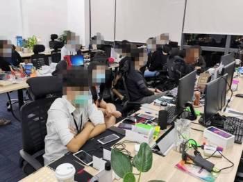 Unit pejabat di Jalan Cheras, Kuala Lumpur yang diserbu polis malam semalam kerana menjalankan kegiatan perjudian dalam talian.