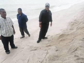Noor Azman (kanan) ketika meninjau Pantai Puteri semalam.