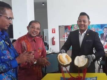 Firdaus (kanan) menunjukkan klon durian IOI yang dibawakan khas dari Kampung Bendang Man, Sik yang diusahakan oleh KGOC.
