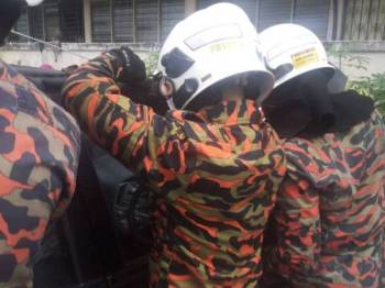 Anggota bomba menggunakan peralatan khas untuk membuka pintu kereta yang berkunci bagi mengeluarkan seorang kanak-kanak berusia 2 tahun terperangkap di Taman Air Biru, Pasir Gudang hari ini.