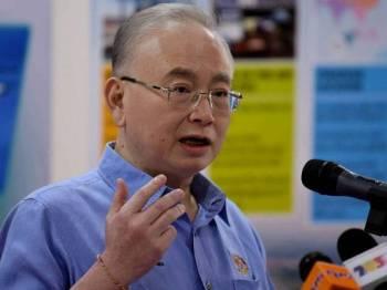 Menteri Pengangkutan Datuk Seri Ir Dr Wee Ka Siong bercakap pada sidang media sempena lawatannya ke Pelabuhan Klang di Port Klang Free Zone (PKFZ) hari ini. - Foto Bernama