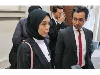 Wan Azmi (kanan) ketika ditemui di luar mahkamah.