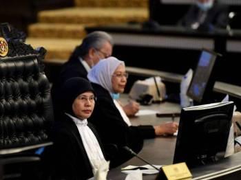 Tengku Maimun (kiri) pada majlis angkat sumpah jawatan dan taat setia Hakim Mahkamah Persekutuan, Mahkamah Rayuan dan Pesuruhjaya Kehakiman di Istana Kehakiman hari ini. Foto: Bernama