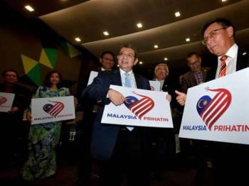 Saifuddin (tengah) dan Stephen Rundi melancarkan logo dan tema Hari Kebangsaan dan Hari Malaysia 2020 di Auditorium Bangunan Pelita hari ini.   --fotoBERNAMA (2020) HAK CIPTA TERPELIHARA  KUCHING, July 10 -- Communications and Multimedia Minister Datuk Saifuddin Abdullah (center) and Sarawak Utilities Minister Datuk Seri Stephen Rundi Utom launched the logo and theme for National Day and Malaysia Day 2020 at the Pelita Auditorium today. --fotoBERNAMA (2020) COPYRIGHTS RESERVED