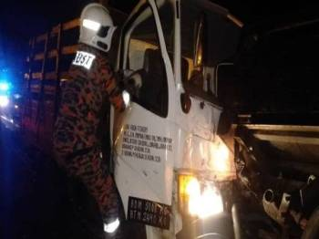 Anggota bomba cuba mengeluarkan seorang pemandu yang tersepit dalam kemalangan di Kilometer 5.5, Lebuhraya Utara-Selatan, Johor Bahru hari ini.