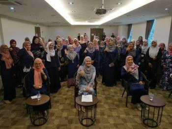 Nurainie Haziqah (duduk, tengah) bersama-sama ahli jawatankuasa Wanita Muda Negara Negeri Perak selepas melancarkannya di sebuah hotel di sini hari ini.