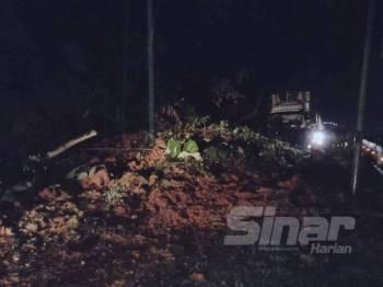 Lebih tiga pokok tumbang merintangi laluan kedua-dua arah manakala tanah runtuh melibatkan cerun dipercayai akibat hujan lebat sejak petang semalam.