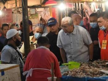 Annuar bertemu peniaga bagi mendapatkan gambaran suasana perniagaan di Pasar Datok Keramat.
