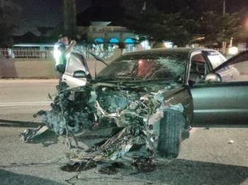 Kereta mangsa remuk teruk di bahagian hadapan selepas merempuh pagar Masjid Jamek Tengah Berapit, Jalan Berapit.