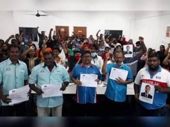 Gopalakrishnan dan sebahagian daripada 1,000 ahli baharu PKR yang menyerahkan borang di Pusat Khidmat ADUN Tiram, Johor Bahru hari ini.