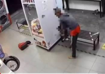 Rakaman CCTV menunjukkan seorang lelaki meletakkan tiga ekor kucing di dalam mesin basuh sebuah dobi di Kepong hari ini.