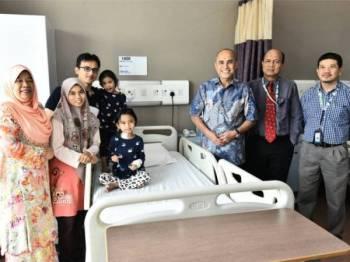 Naib Canselor MSU, Profesor Puan Sri Dr Junainah Abd Hamid (kiri); Pengerusi Yayasan MSU, Profesor Tan Sri Dr Mohd Shukri Ab Yajid (tiga dari kanan); Dr Mohd Zailani (dua dari kanan) dan Dr Arman Zaharil (kanan) bergambar bersama Nur Alyaa, Nurul Husna (dua dari kiri) dan Mohd Azizan (tiga dari kiri) di Pusat Perubatan MSU, Shah Alam baru-baru ini.