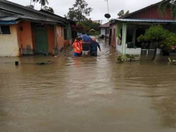 Hujan lebat sejak malam tadi ditambah dengan fenomena air pasang menyebabkan 22 kawasan di Muar dinaiki air.