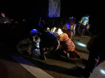Anggota bomba mengeluarkan seorang anggota polis dan seorang lelaki yang tersepit dalam satu kemalangan membabitkan lima kenderaan di Lebuh Raya Utara Selatan, Kluang, Johor malam tadi.