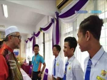 Razman ketika mengadakan lawatan ke Sekolah Menengah Kebangsaan (SMK) Sri Tapah pada 9 Julai lalu bagi meninjau keadaan persiapan sekolah.