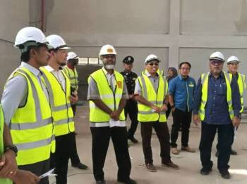 Mohd Zolkafly (kanan) bersama agensi terlibat meninjau kemajuan projek Pusat Pembangunan Bersepadu Orang Asli Bawong di sini hari ini.