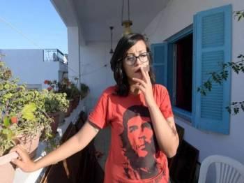 Emna Charki dijatuhkan hukuman penjara enam bulan dan denda 2,000 dinar (RM3,026) kerana menghina al-Quran. - Foto AFP