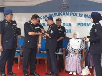 Mohd Yusoff melakukan pemakaian pangkat Muhd Zailani dalam Perbarisan dan Majlis Serahan Terima Tugas Komanden PPM Wilayah Dua, Pengerusi Perkep PPPM Wilayah Dua dan Komandan Pusat Latihan Marin (Pulamar) di Markas PPM Wilayah Dua, Tampoi, Johor Bahru, hari ini.