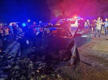 Keadaan kenderaan dipandu mangsa yang remuk dalam kejadian di kilometer 33, Kampung Kolam, Kuala Berang, di sini, malam tadi. - Foto Ihsan IPDM Hulu Terengganu