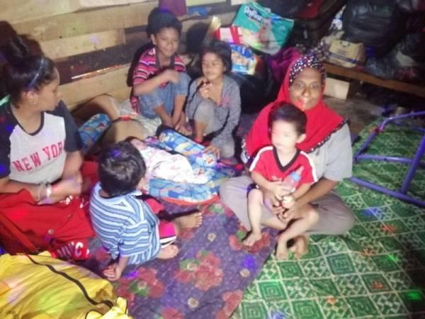 Siti Rafizah (kiri) ditemani ibunya (kanan) bersama anak-anaknya yang masih kecil tinggal di bilik sewa itu sejak lebih setahun lalu.