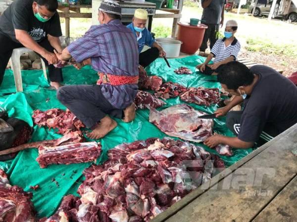 Daging hasil ibadah korban diagihkan kepada masyarakat kampung serta golongan kurang berkemampuan.