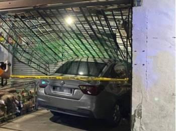 Sebuah kereta dipandu seorang wanita merempuh kedai runcit selepas tertekan pedal minyak yang disangka pedal brek di Felda Air Tawar 5, Kota Tinggi, Sabtu lalu.