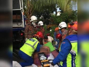Anggota bomba, APM termasuk petugas perubatan membantu lelaki obesiti seberat kira-kira 200 kilogram untuk mendapatkan rawatan di Hospital Melaka. - Foto ihsan APM Daerah Melaka Tengah