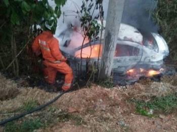 Anggota bomba berusaha memadamkan api pada kenderaan terbabit dalam kejadian di Kilometer (KM) 38, Jalan Temerloh/Melati, Bera pagi tadi.