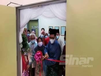 Ahmad Faizal menyempurnakan perasmian Rumah Ngaji di HSR sambil disaksikan Datin Normah Hanum dan Hussamuddin di Dewan Seri Muallim HSR, Slim River hari ini.