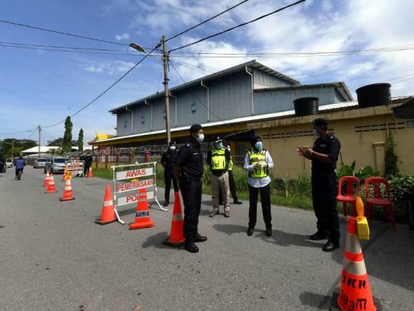 Surina dengan bantuan pegawainya melakukan pemantauan berikutan pelaksanaan PKPD Pentadbiran di daerah Sanglang. - Foto Bernama